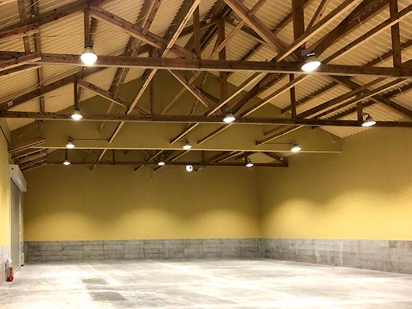 木造トラス倉庫内部